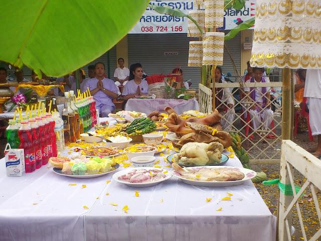 Жертвенный стол со свиной головой и прочими съедобными благами