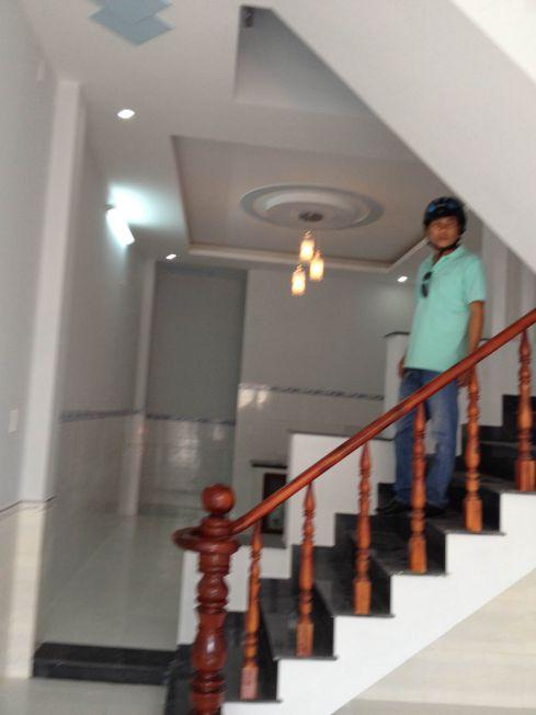 Hình ảnh thực tế tầng trệt của căn nhà cần bán có cầu thang kiên cố