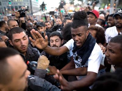 Judeus de origem etíope enfrentam policiais em Tel Aviv