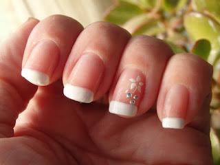 manicura francesa con pegatina y diamantes