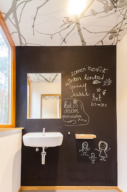 Ванная комната в доме в лесу
