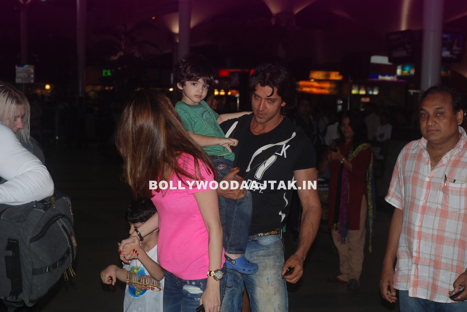  - Hrithik &amp; Suzanne Roshan with kids snapped at airport