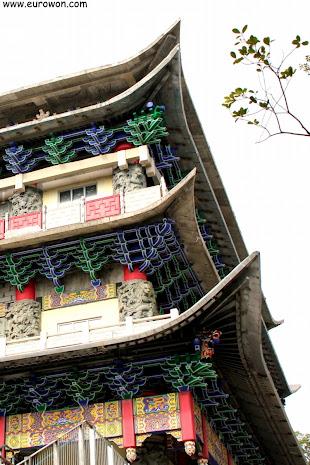 Detalles arquitectónicos de un edificio del monasterio Po Lin