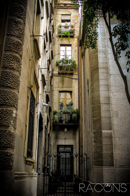 Entrada i façana d'un bloc de pisos situat al costat de l'Església del Sagrat Cor