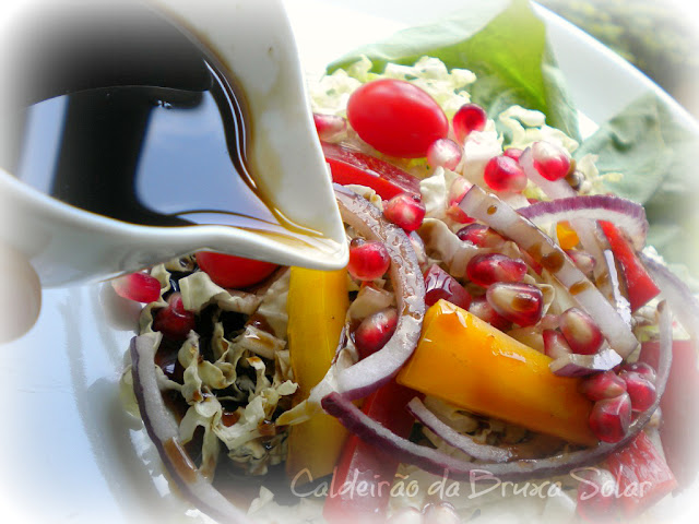"""Salada com romãs e um molho """"coringa"""""""