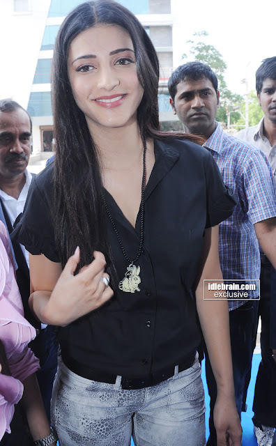 Shruthi hassan GAS store launch stills -  Shruthi Hassan GAS store black top PICS