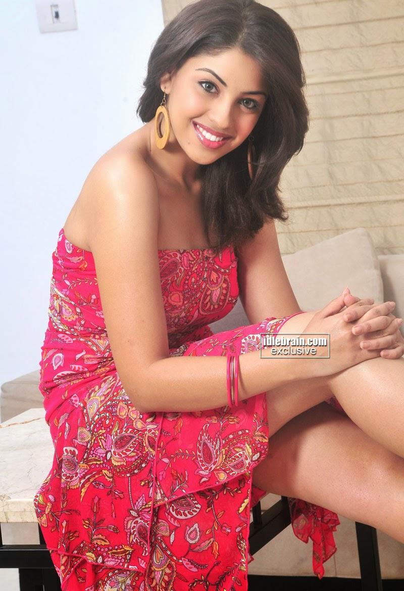 Richa Gangopadhyay legs show