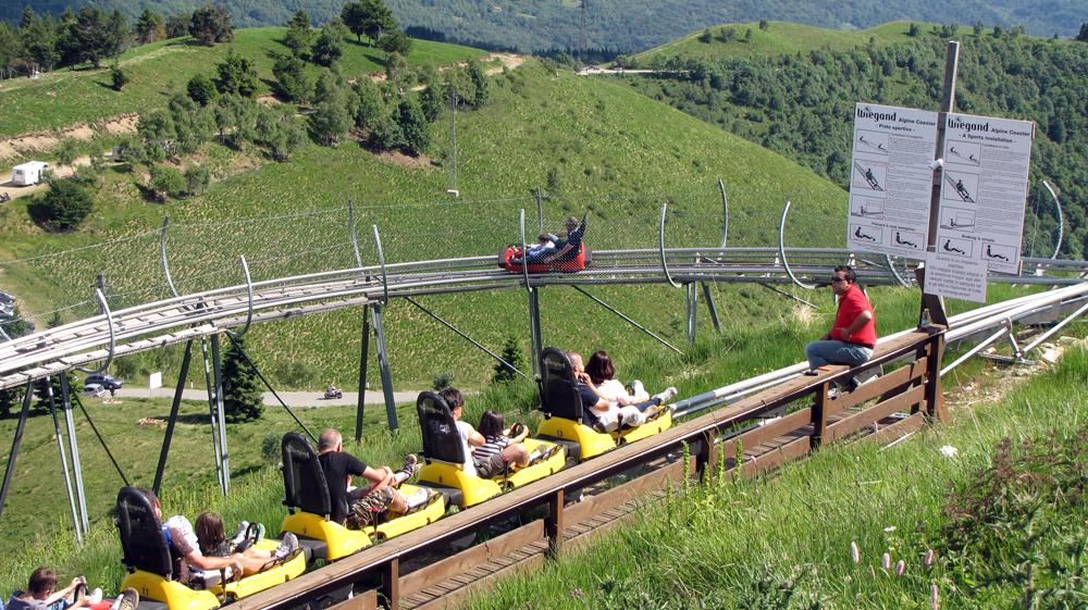 Una attrazione del parco giochi, le montagne russe