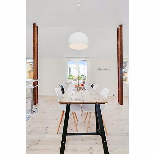 soffitto ispirazioni Travi : Unasse di legno, posta su due cavalletti, accostata a delle sedie di ...