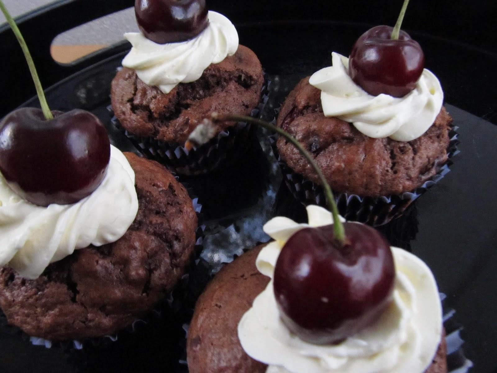 Suklaa-kirsikkamuffinit