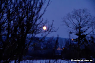 village la nuit, sous la lune