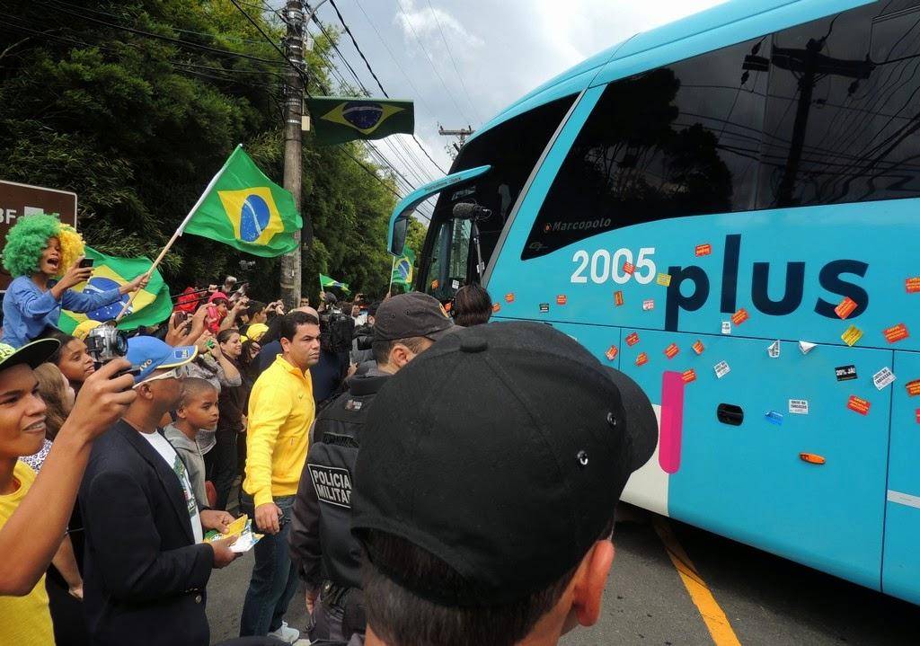 Cerca de 500 pessoas, entre torcedores, fãs e jornalistas aguardaram ansiosamente a Seleção Brasileira de Futebol