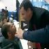 Pastor cospe água na boca de fiel em culto evangélico; assista