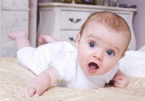 Perkembangan bayi usia 4 bulan, cara mendidik anak ketika usia bayi 4 bulan, tingkah laku bayi umur 4 bulan, panduan mengajar anak ketika masih bayi, gambar bayi usia 4 bulan, air liur bayi mula meleleh, bayi sudah pandai memilih orang