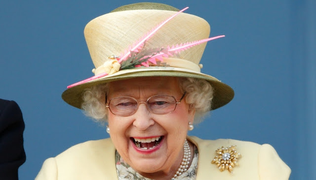 Кралицата на Англия наблюдава състезание с коне.
