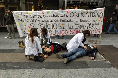 Imagen de una protesta sanitaria con bata en la Comunidad de Madrid. / Efe