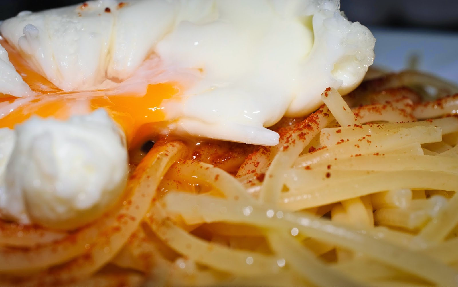 Espaguetis con huevo escalfado; spaghetti with poached egg