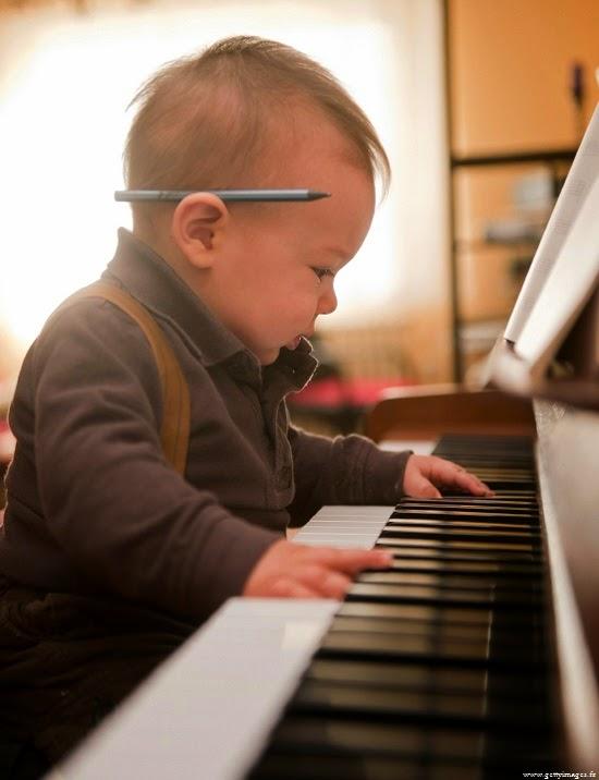 Bébé mimi qui joue du piano