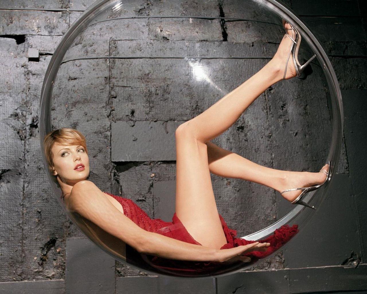 http://3.bp.blogspot.com/-Gjuwmmovk9k/TZfqyO1SSbI/AAAAAAAAACY/dDQtkJE2zas/s1600/charlize_theron_long_legs_1280x1024.jpg