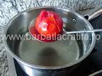 Mancare de ardei copti preparare reteta - oparim rosiile crestate