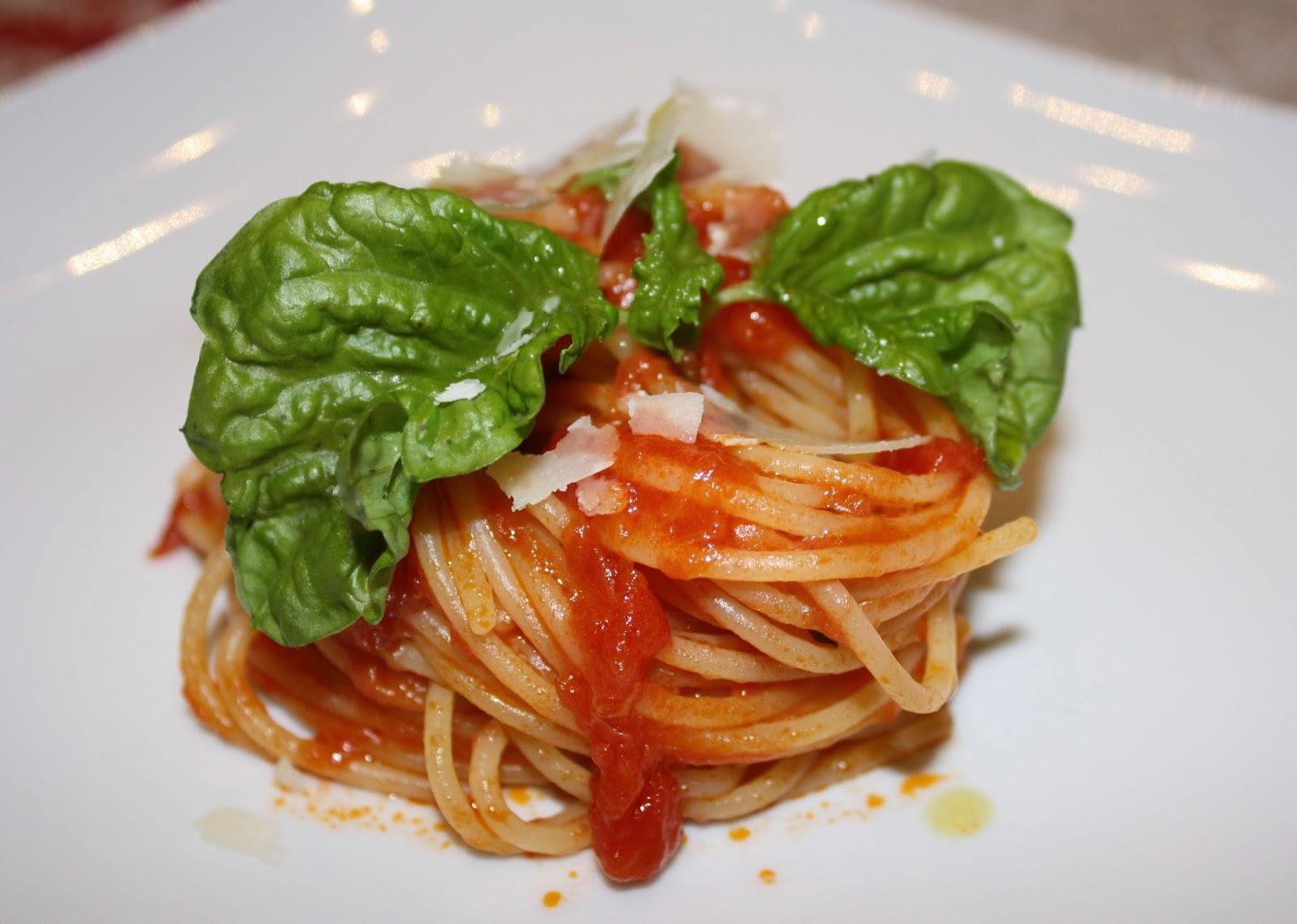 spaghetti al pomodoro e basilico per festeggiare la giornata internazionale della cucina italiana 2014.