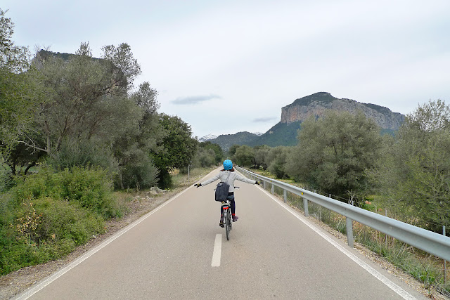 Anita Bonilla en bicicleta por Mallorca disfrutando de la vida