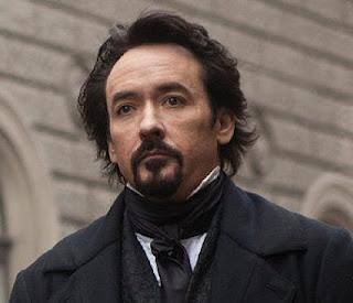 """John Cusack interpreta Edgar Allan Poe no filme """"O Corvo"""""""