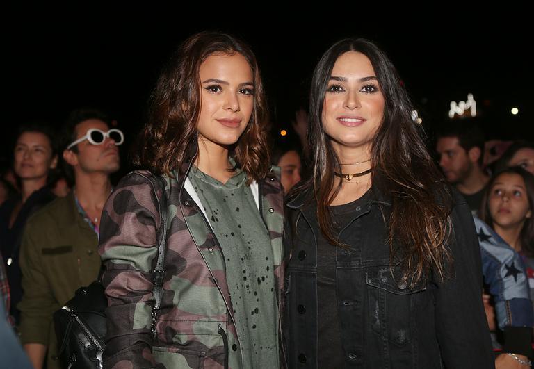 Sem Neymar, Bruna Marquezine se diverte com Thaila Ayala em festival
