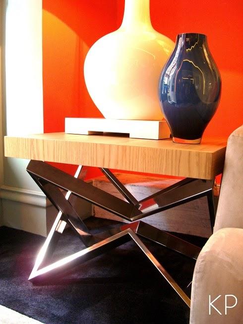 Mesa auxiliar con diseño geometrico en acero inox