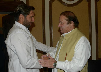 I just met Nawaz sharif yesterday But i dnt Join any PARTY... beaware from rumours - Pakistan Celebrities