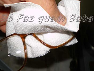 Enxugando as lentes com papel toalha macio.