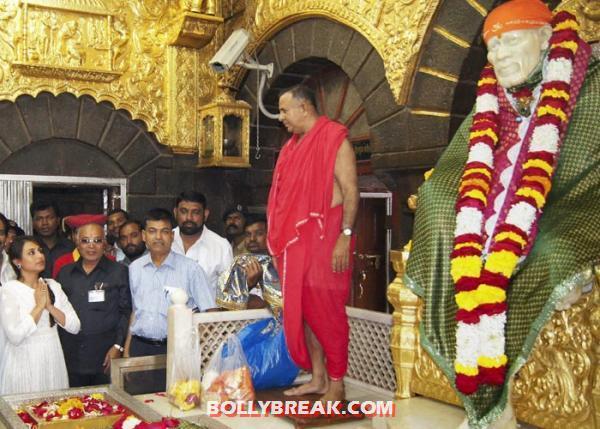 ,  Rani Mukherji  Praying In Shirdi