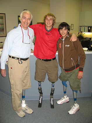 Josafat González junto con amigos en un centro de Rehabilitación en USA