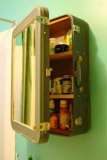 Reciclar maletas en espejo y estanteria baño