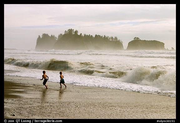 Berlarian ditepi pantai