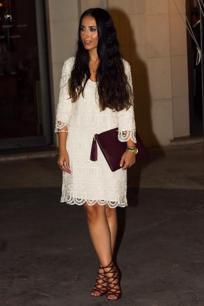 Outfit para el evento Givenchy con vestido de encaje y sandalias de la diseñadora I Marant color granate