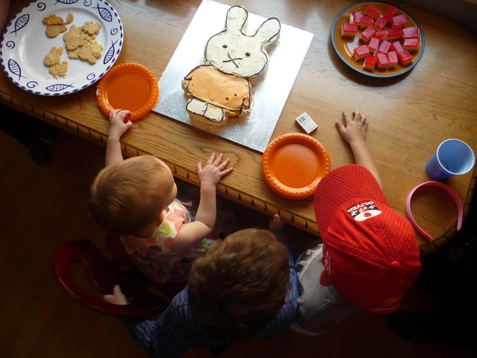 http://3.bp.blogspot.com/-GnJtYgIS1Bg/Tofpf_RJxoI/AAAAAAAAASs/n6p5pLUUrtg/s1600/miffy+cake+2.jpg
