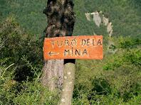 Rètol indicant la direcció a seguir per arribar al Turó de la Mina