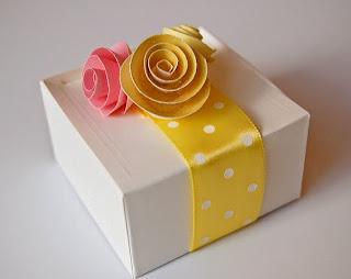 Como fazer rosas de papel para enfeitar caixas de presente