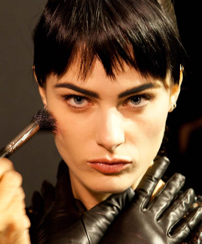 SPFW + OS PÁSSAROS DE HITCHCOCK_Isabeli fontana_ maquiagem para o inverno_sobrancelha marcada_como fazer pele suave