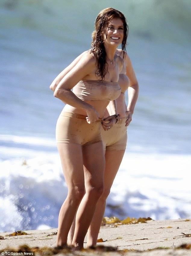 الممثلة الأمريكية كيت والش (47 عاما) بالبكيني على الشاطىء أثناء تصوير مشاهد مسلسلها الجديد