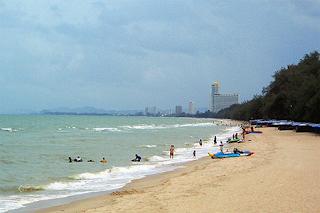 หาดชะอำ  หาดชะอำ อยู่ห่างจากกรุงเพทฯ ไปทางทิศใต้ ประมาณ 155 กิโลเมตร อยู่ห่างจากตัวเมืองเพชรบุรี 41 กิโลเมตร มีทางแยกซ้ายเข้าชายหาด ระยะทาง 2 กิโลเมตร เป็นชายหาดที่สวยงามและมีชื่อเสียงของจังหวัดเพชรบุรี สถานที่ท่องเที่ยว เช่น พระราชนิเวศน์มคฤทายวัน พระตำหนักริมทะเล ถ้ำเขาหลวง พระนครคีรี เป็นต้น ชะอำ ถือเป็นสถานที่ท่องเที่ยวยอดฮิต ตั้งแต่อดีตถึงปัจจุบันในจังหวัดเพชรบุรี เป็นชายหาดติดทะเลฝั่งอ่าวไทย แต่เดิม ชะอำ เป็นเพียงตำบลหนึ่ง ขึ้นอยู่กับอำเภอ หนองจอก แต่ภายหลังที่หัวหินมีชื่อเสียง ที่ดินแถบชายทะเลถูกจับจองหมด พวกเจ้านายชั้นผู้ใหญ่สมัยนั้น จึงพยายามหาสถานที่พักผ่อนแห่งใหม่ โดยการนำของสมเด็จกรมพระยานราธิปประพันธ์พงศ์ และได้ พบว่า หาดชะอำ เป็นชายหาดที่สวยงามไม่แพ้หัวหิน ชะอำ จึงเริ่มเป็นที่รู้จักตั้งแต่นั้นมา ชะอำ ได้รับการพัฒนาเจริญเติบโตขึ้น และยกฐานะเป็นอำเภอจนปัจจุบัน