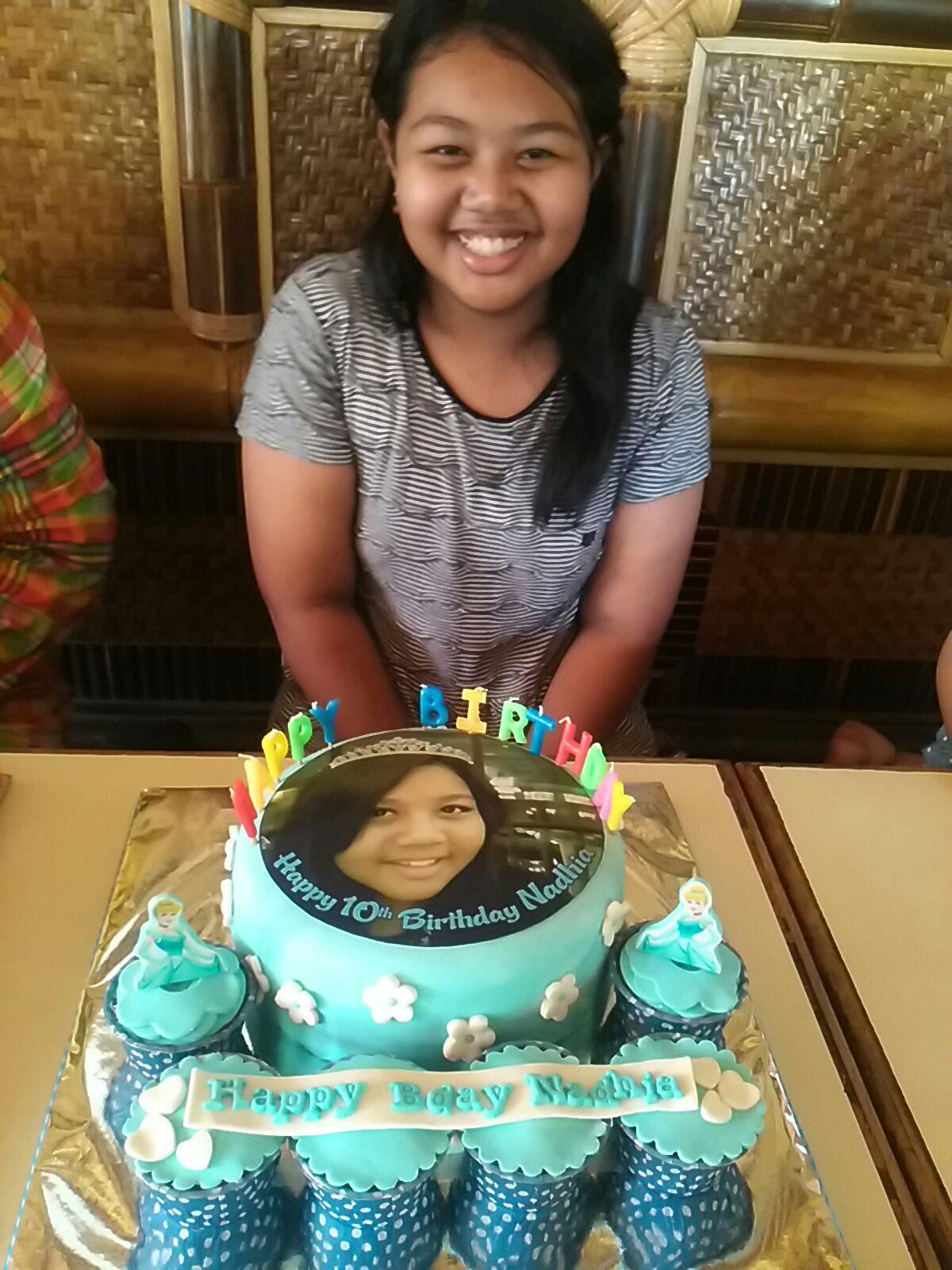Hesti 14 tahun dengan Birthday Cake Hello Kitty nya