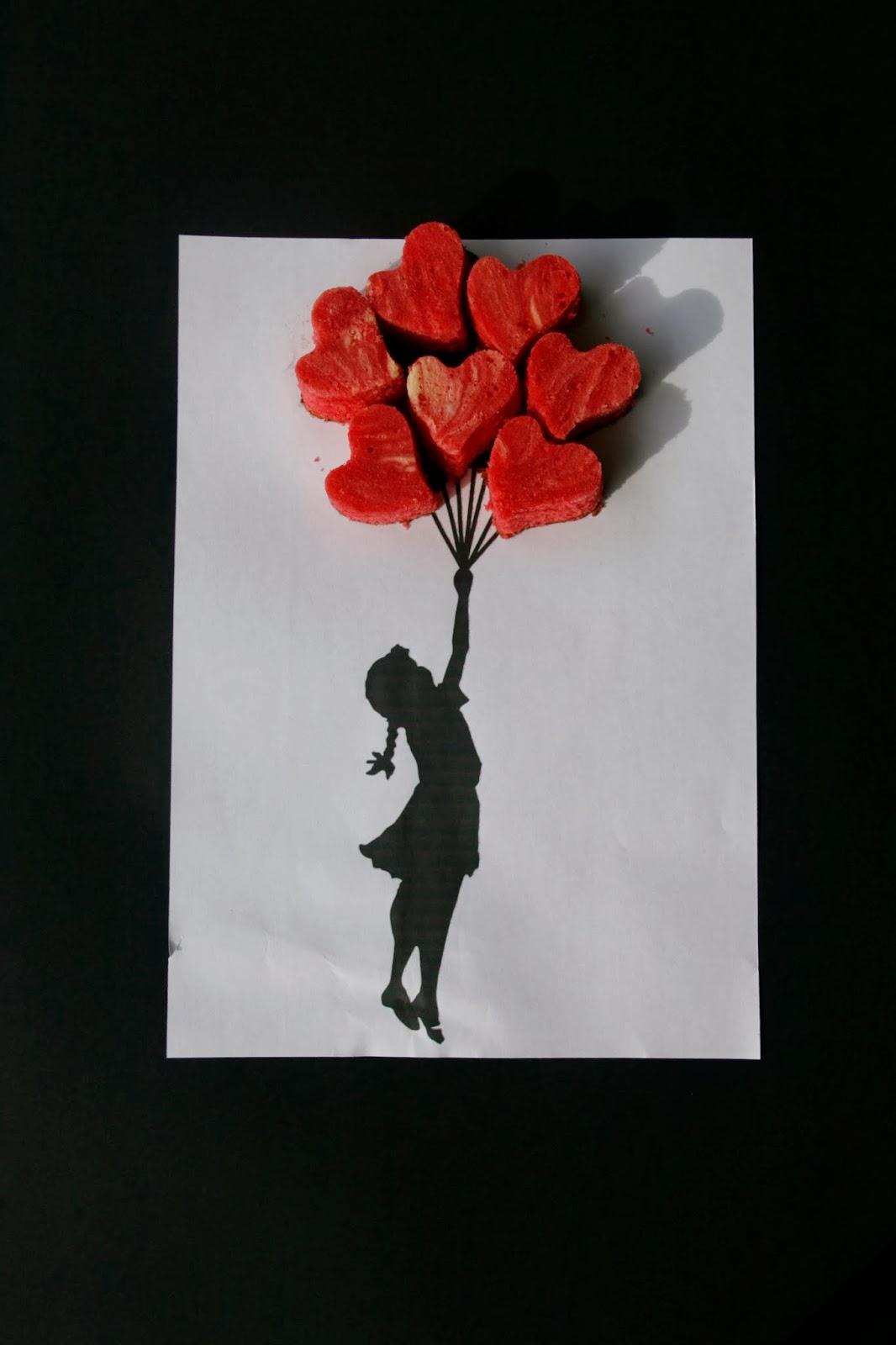 Imatge de la nena amb globus de Banksy amb cors de cheescake red velvet brownie