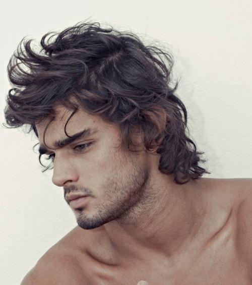Gel ou laque pour les cheveux homme