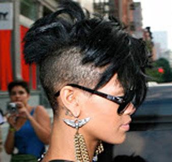 Rihanna saçlarının yan ve arkaa tarafını kazıttırmıştır.