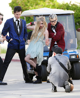 Videoclip » Here's to Never Growing Up [¡100 Millones!] - Página 3 EXPOSTAS.com+Avril+Lavigne+2013-04-07+-+On+Set+of+her+new+Video+HERE%27S+TO+NEVER+GROWING+UP+in+LA+%2812%29