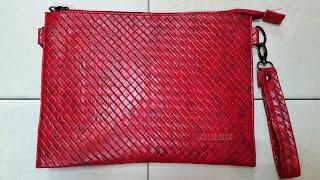 gambar clutch bag motif sulam warna merah metalik terbaru untuk pria dan wanita, harga murah, grade ori