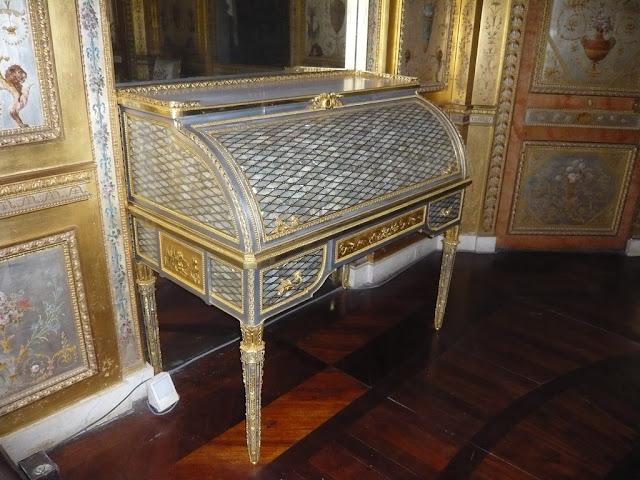 Jean Henri Riesener, Secrétaire à cylindre  Boudoir de la reine Marie-Antoinette. Fontainebleau, 1786 Acier, bronze doré, nacre