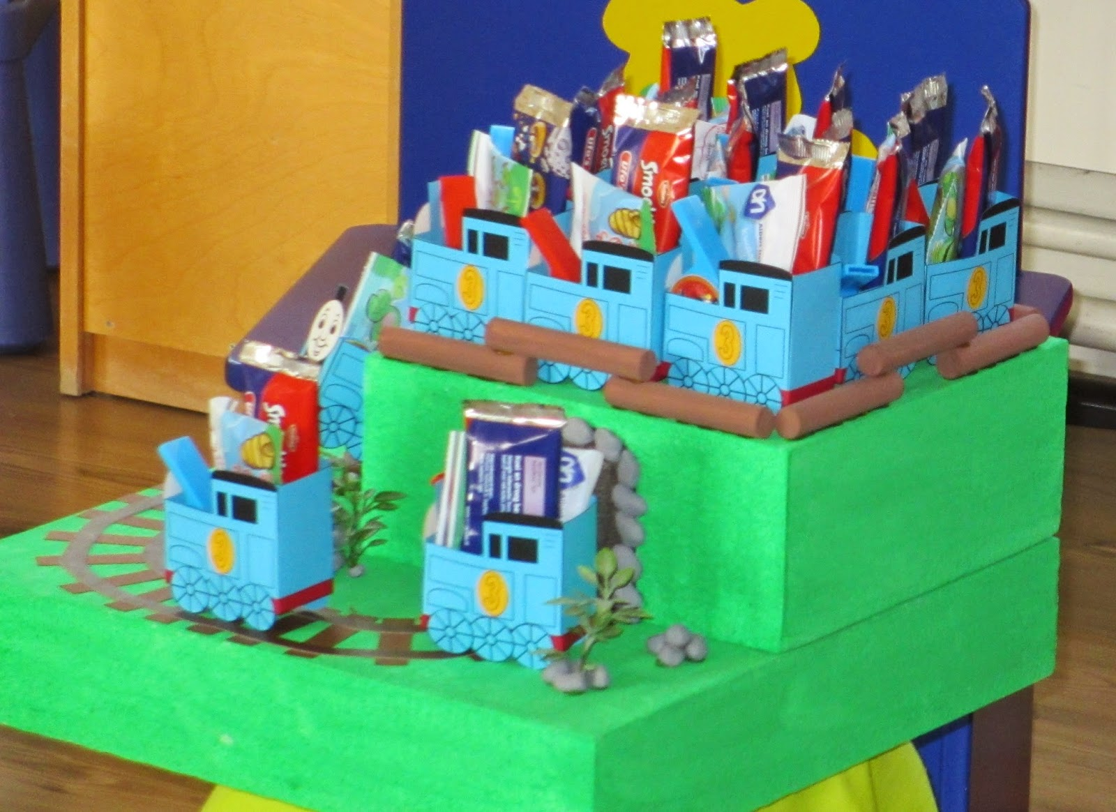 Thomas de trein traktatie, trein traktatie, traktatie zelf knutselen, traktatie plateau zelf maken